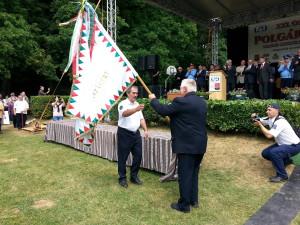zászló átadása