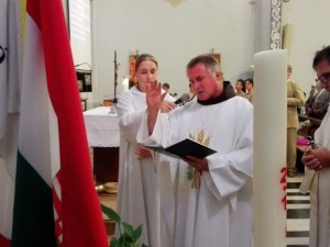Csaba testvér megáldotta a templomba került három zászlót