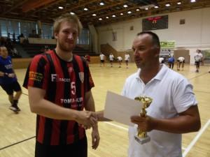 Miran Andros, a Vinkovci kapitánya veszi át a 3. helyért járó kupát Szigeti Szabolcs klubigazgatótól