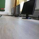 Komlón gyártott asztalok kerültek a gimnázium informatika termébe