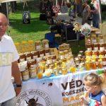 Aranyérmes komlói mézek a megyei mézes napon